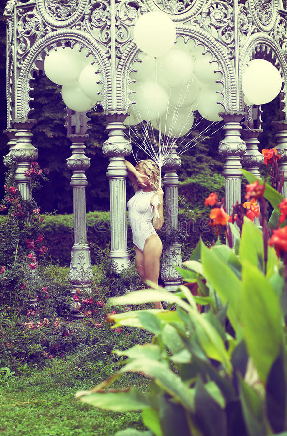 Gevoel. Mooie Ontspannen de Luchtballons van de Blondeholding in de Tuin royalty-vrije stock afbeeldingen