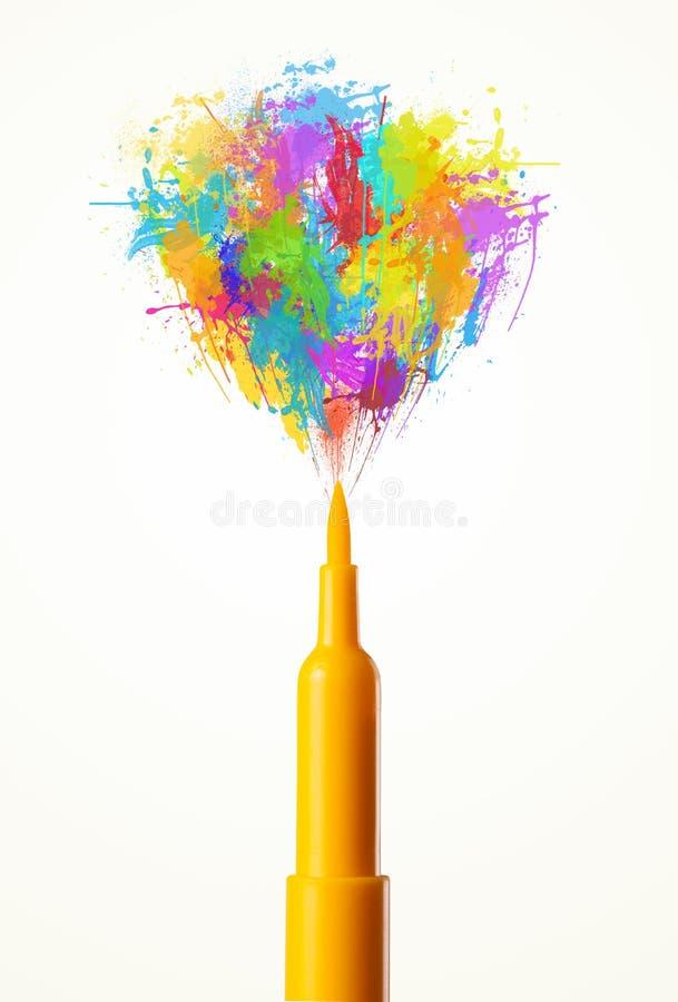 Gevoeld penclose-up met gekleurde verfplonsen stock afbeelding