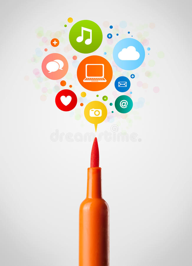 Gevoeld penclose-up met sociale netwerkpictogrammen stock foto's