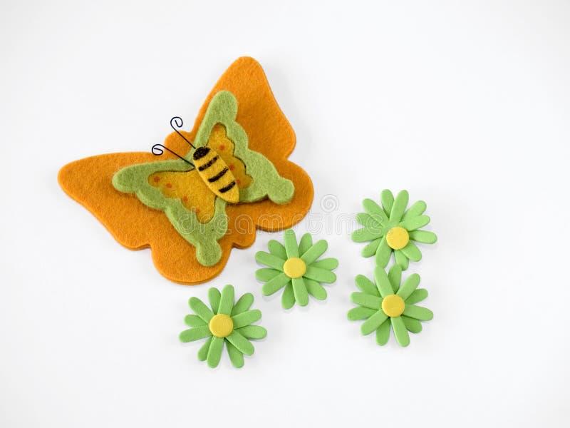 Gevoelde vlinder en bloemen royalty-vrije stock afbeelding