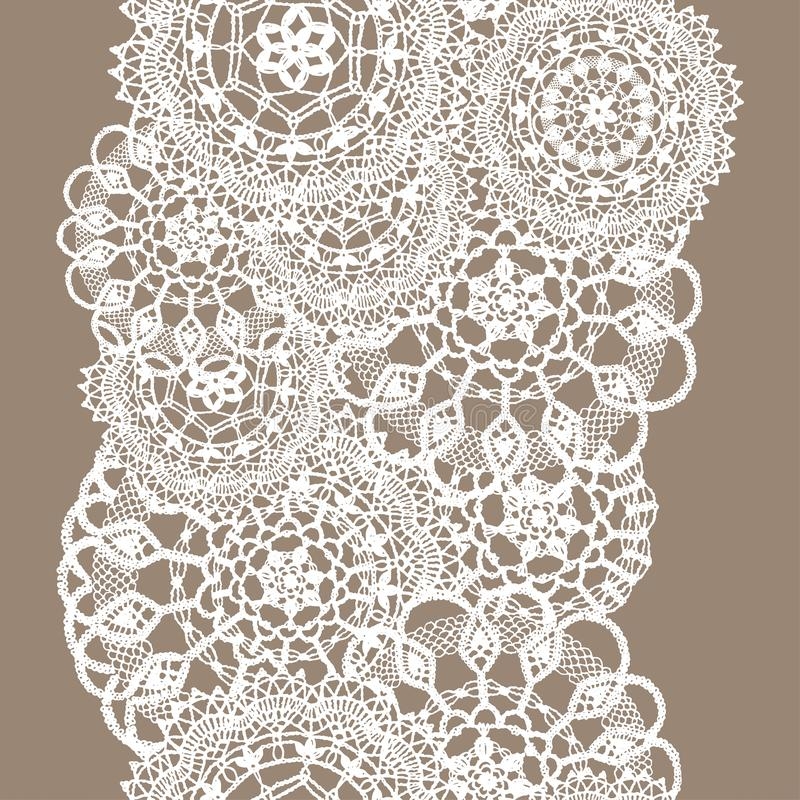 Gevoelig gebreid kant van ronde doilies, naadloos patroon - wit silhouet op beige achtergrond stock illustratie