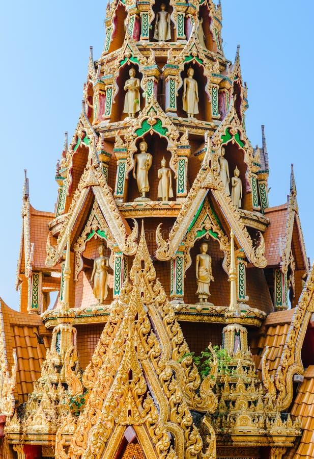 Gevoelig Thais kunstdak van tempel met verscheidene Boedha staues royalty-vrije stock foto