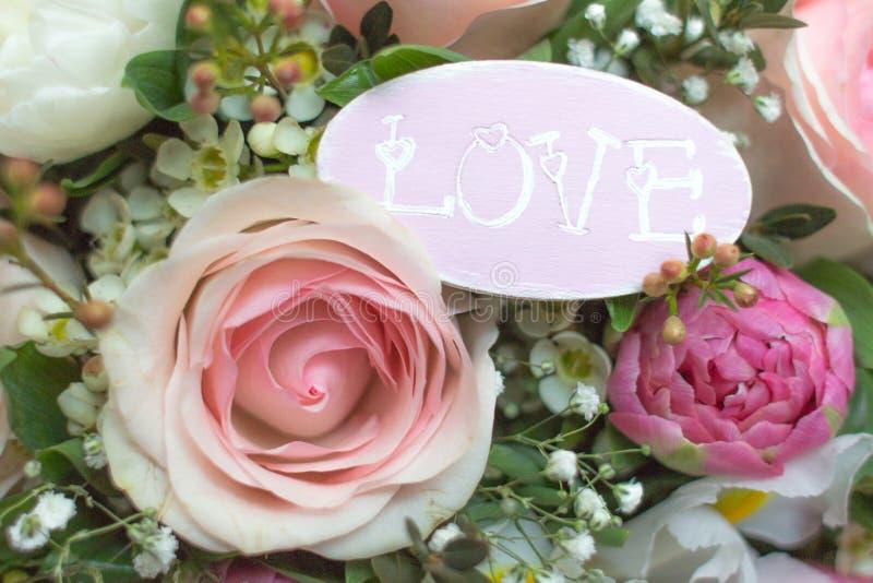 Gevoelige achtergrond met bloemen en woordliefde royalty-vrije stock foto