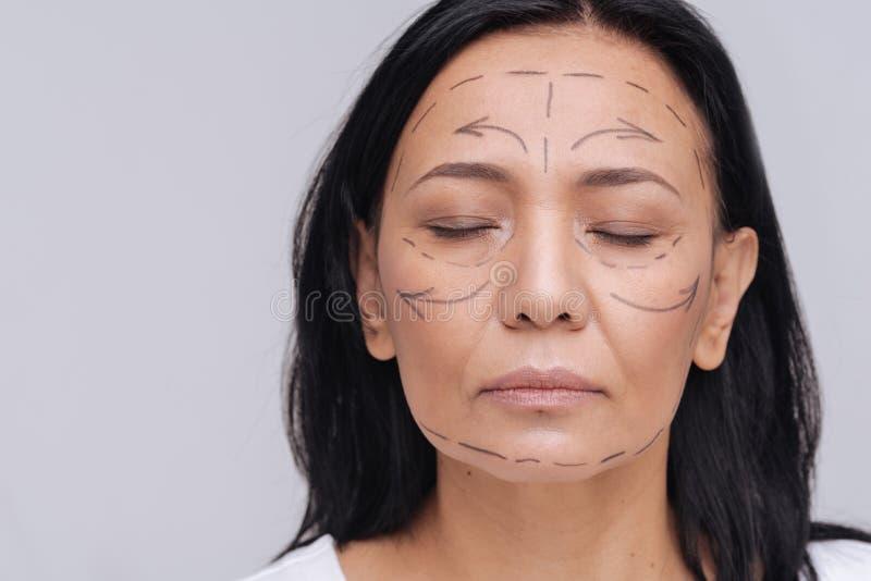 Gevoelige Aziatische vrouw die een plastische chirurgie willen krijgen royalty-vrije stock fotografie