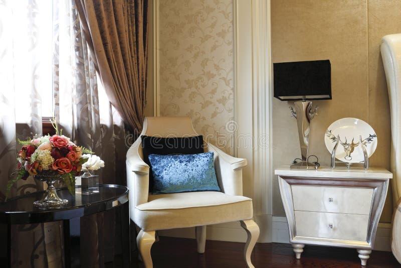 Gevoelige bank, een bureau en een bed in de slaapkamer royalty-vrije stock afbeelding