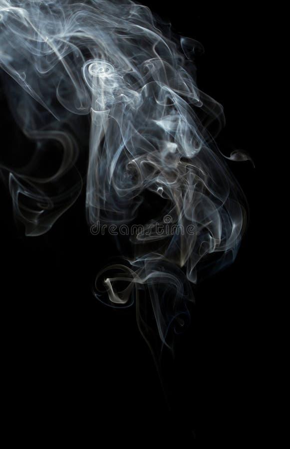 Gevoelige en heldere rookgolven op donkere achtergrond stock afbeeldingen