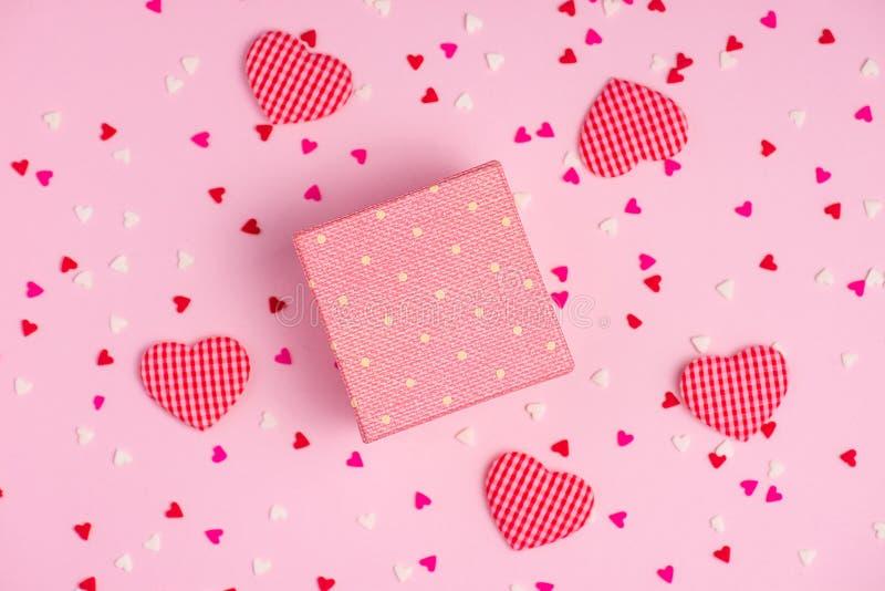 Gevoelige roze partijachtergrond met wimpels voor het vieren met verspreide confettien stock foto's