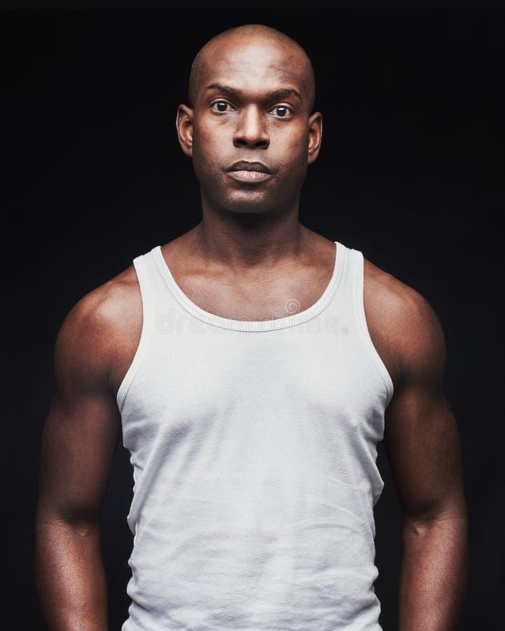 Gevoelloze jonge zwarte mens in mouwloos onderhemd royalty-vrije stock foto