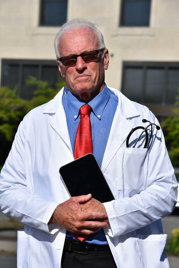 Gevoelloze Mannelijke Dokter Wearing Lab Coat bij het Ziekenhuis royalty-vrije stock foto's