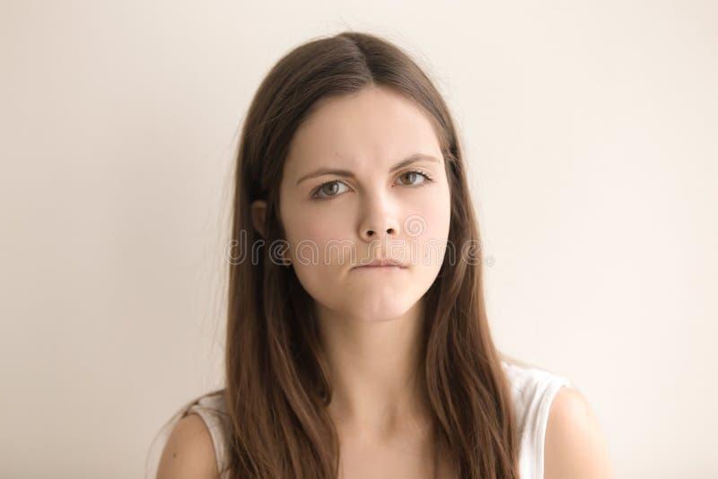 Gevoelsheadshotportret van zenuwachtige jonge vrouw royalty-vrije stock foto's