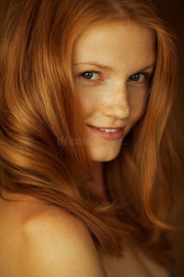 Gevoelsportret van een modieus model met rood gember golvend haar en natuurlijke samenstelling Grote witte glanzende glimlach Per stock afbeeldingen