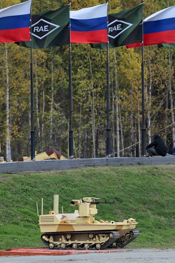 Gevolgd robotmachinegeweer stock foto's