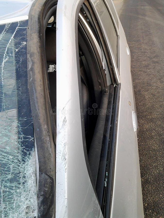 Gevolgen van een autoongeval Verwonde auto stock afbeelding