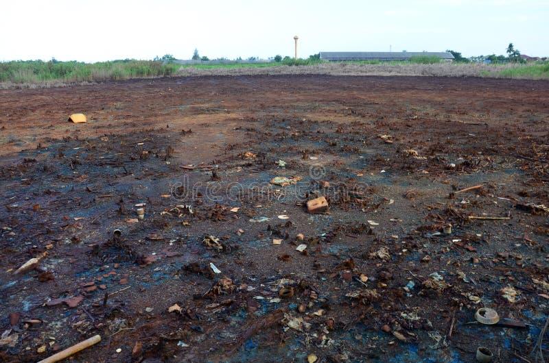Gevolgen van Zwaar metaalvergiftiging of chemische producten en zware metalen in grond van Industrieel stock fotografie