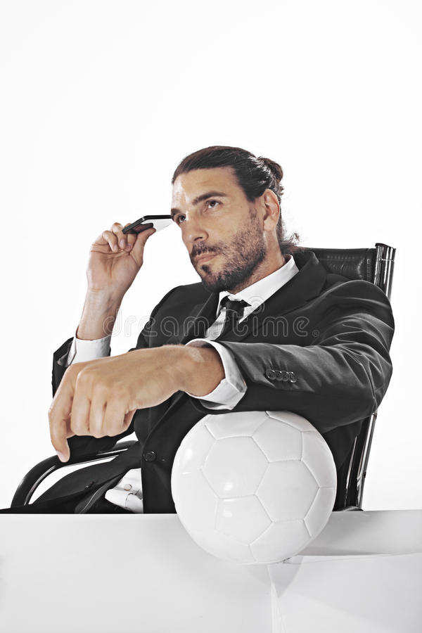 Gevolmachtigde bedrijfsmensenweddenschappen op een voetbalwedstrijd in bureau stock foto's