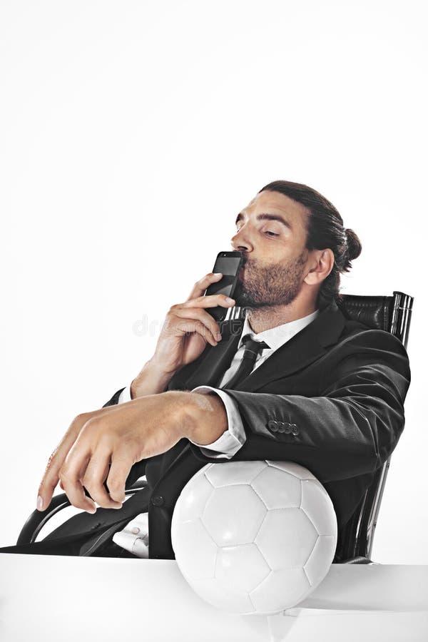 Gevolmachtigde bedrijfsmensenweddenschappen op een voetbalwedstrijd in bureau stock afbeeldingen