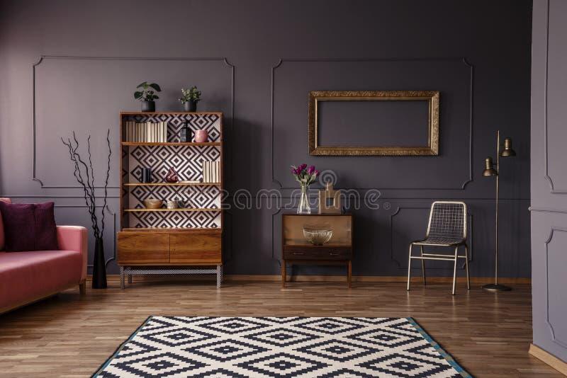 Gevormd tapijt in ruim grijs retro woonkamer binnenlands verstand royalty-vrije stock foto