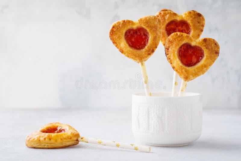 Gevormde de aardbeipastei van Valentine knalt de hart of de cake knalt stock afbeelding
