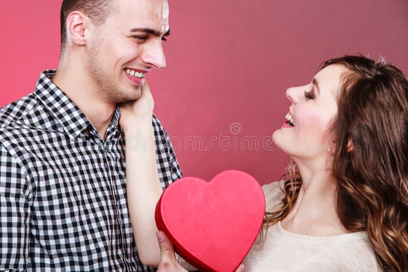 Gevormde de giftdoos van de paarholding hart royalty-vrije stock afbeelding
