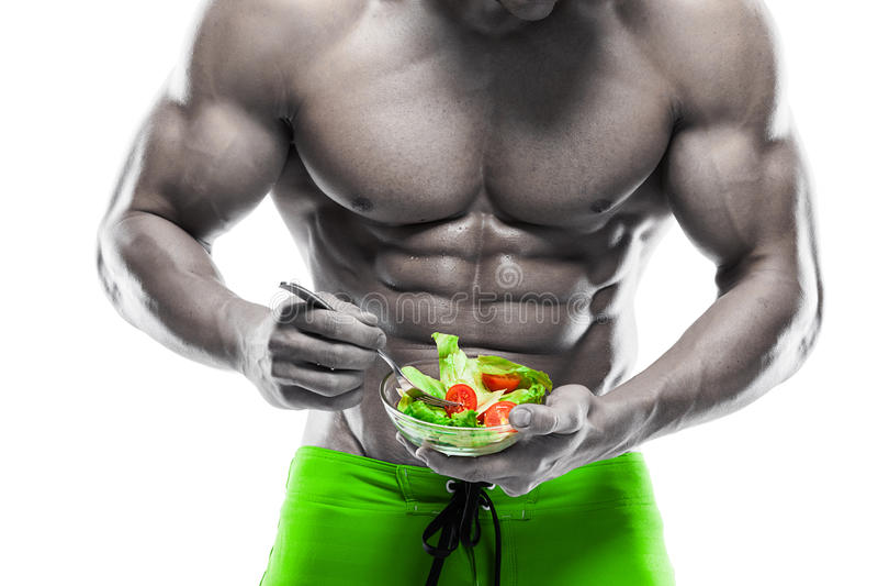 Gevormde en gezonde lichaamsmens die een verse saladekom houden royalty-vrije stock foto