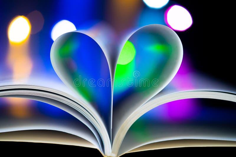 Gevormde het hart van boekpagina's stock afbeelding