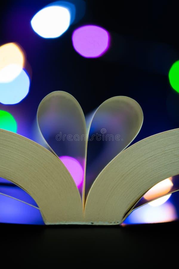 Gevormde het hart van boekpagina's stock foto