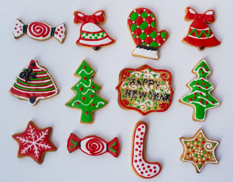 Download Gevormde, Kleurrijke Kerstmiskoekjes Stock Afbeelding - Afbeelding bestaande uit bakkerij, deeg: 107703485
