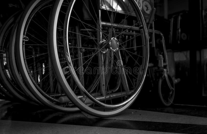 Gevouwen close-upwiel van rolstoel Droevig nieuws bij het ziekenhuis Depressie met de verouderende maatschappij Eenzame lege rols royalty-vrije stock foto's