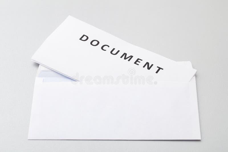 Gevouwen Document in een Envelop stock foto's