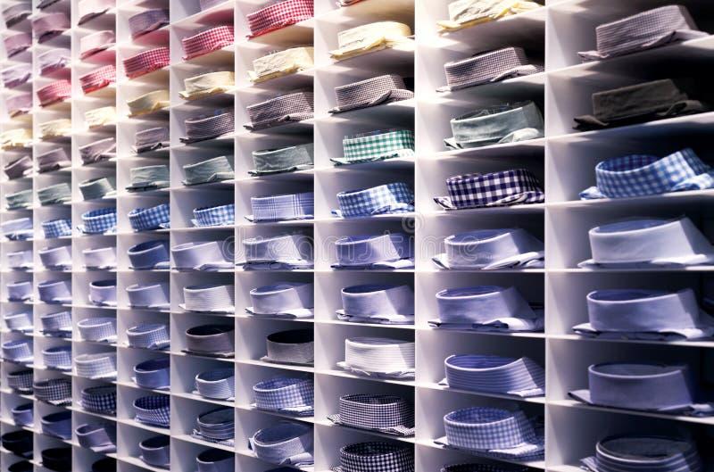 Gevouwen kleurrijke overhemden stock afbeeldingen
