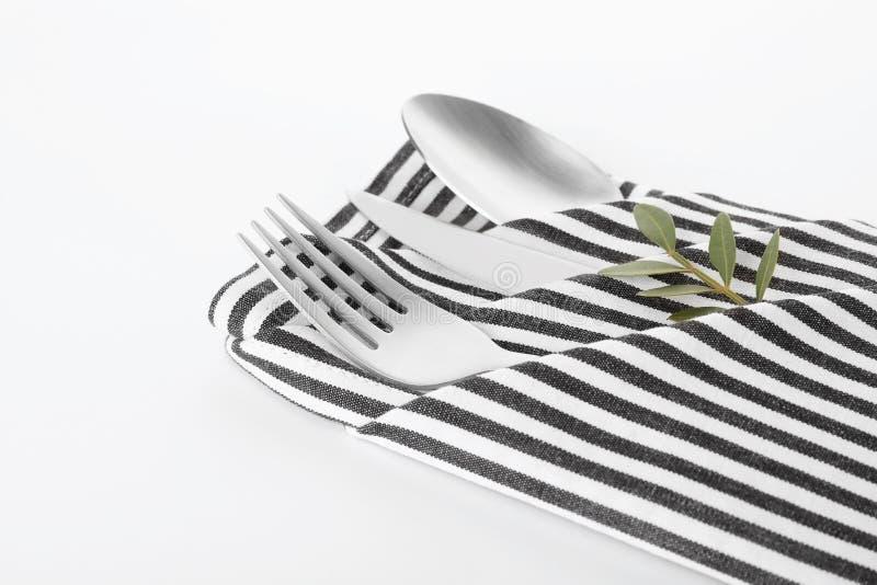 Gevouwen servet met vork, lepel en mes stock afbeeldingen