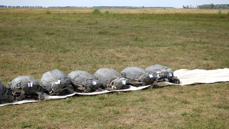Gevouwen valschermen die op de grond liggen stock afbeeldingen
