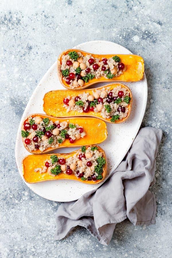 Gevuld die butternut plet met kekers, Amerikaanse veenbessen, quinoa in notemuskaat, kruidnagels, kaneel wordt gekookt Het recept royalty-vrije stock foto