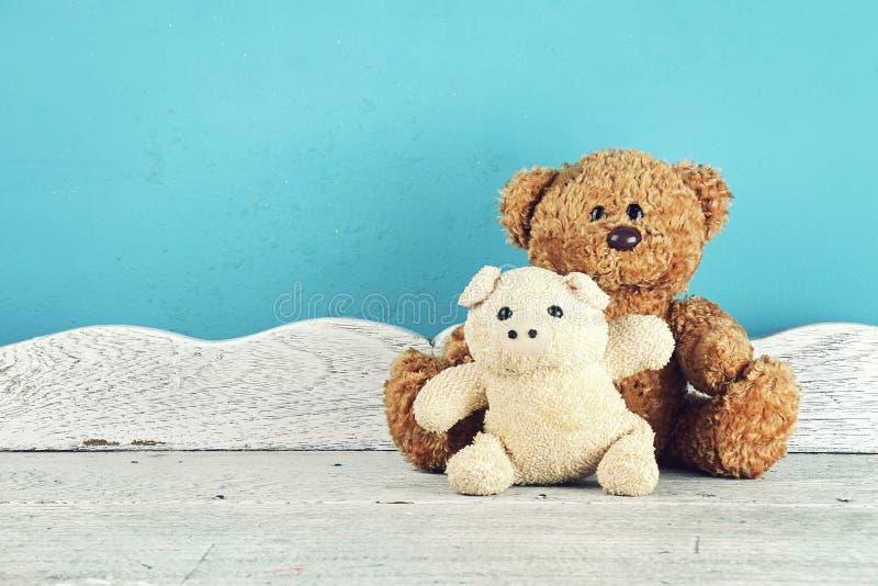 Gevuld dierlijk speelgoed op de witte houten lijst, Dierlijke poppen, Vriendenconcept stock foto's