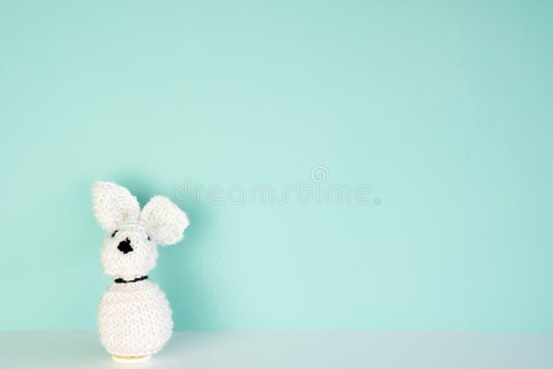 Gevuld konijntjesstuk speelgoed voor een gekleurde achtergrond, met ruimte naast het stock foto