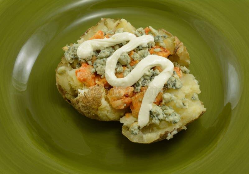 Gevulde aardappel in de schil met kruidige kip stock foto