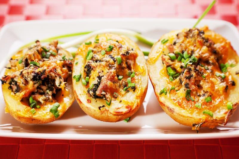 Gevulde aardappel met kip en spinazie stock fotografie