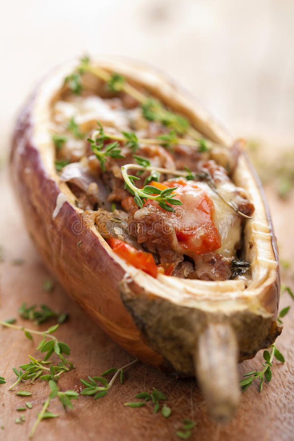 Gevulde aubergine met vlees en groenten royalty-vrije stock afbeeldingen