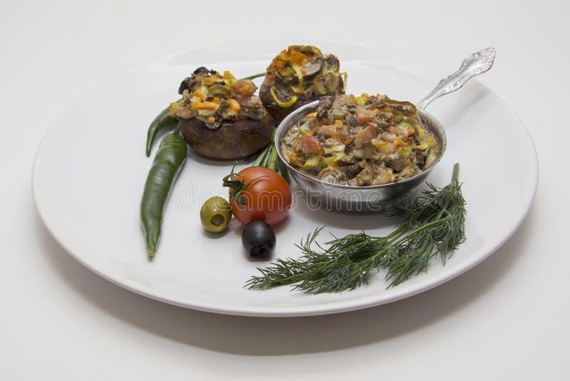 Gevulde champignons op witte plaatclose-up royalty-vrije stock afbeelding