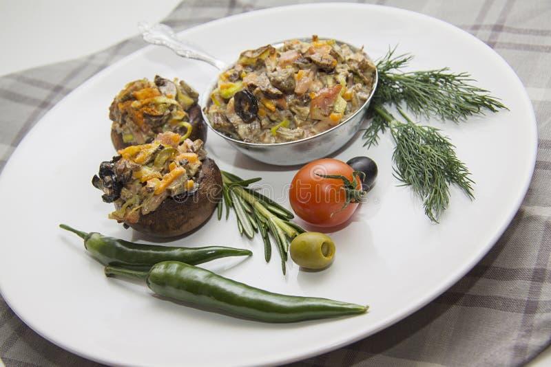 Gevulde champignonsplaat met grijs servet royalty-vrije stock fotografie