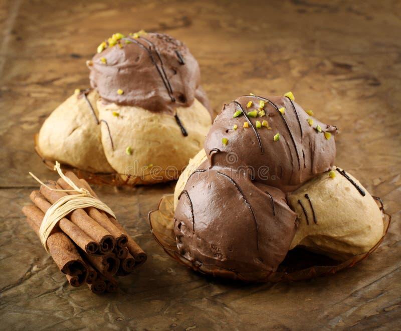 Gevulde chocoladeballen stock foto's