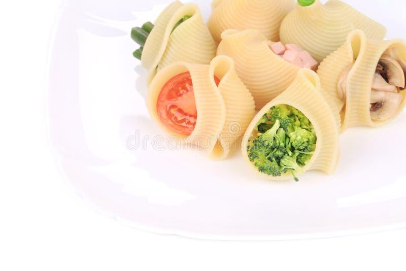 Gevulde deegwarenshells met broccoli en paddestoelen stock afbeelding