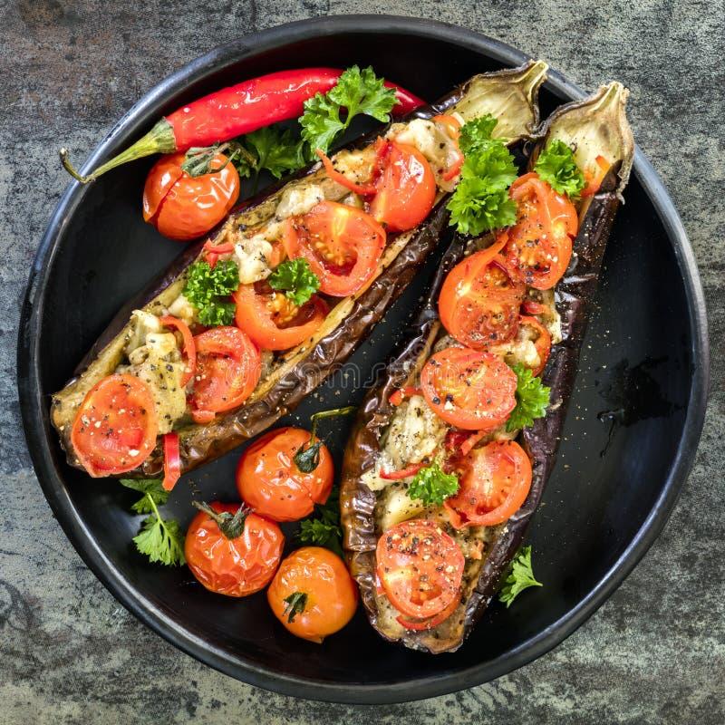 Gevulde Eggplanti in Zwarte Schotel Hoogste Weergeven over Lei stock foto