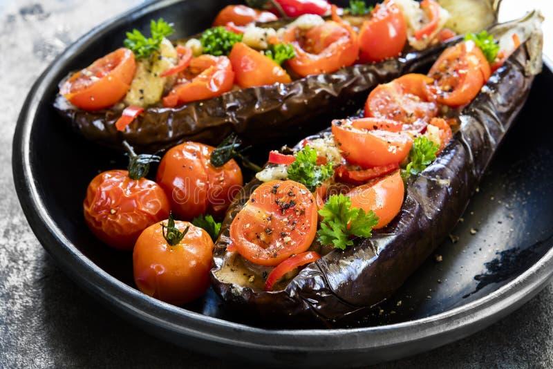 Gevulde Eggplanti in Zwarte Schotel Zijaanzicht over Lei royalty-vrije stock afbeeldingen