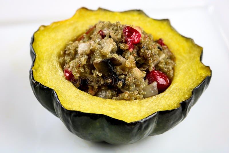 Gevulde Eikelpompoen met Quinoa royalty-vrije stock foto's
