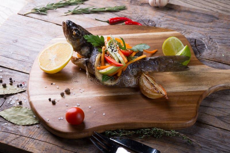 Gevulde en geroosterde doradovissen stock afbeelding