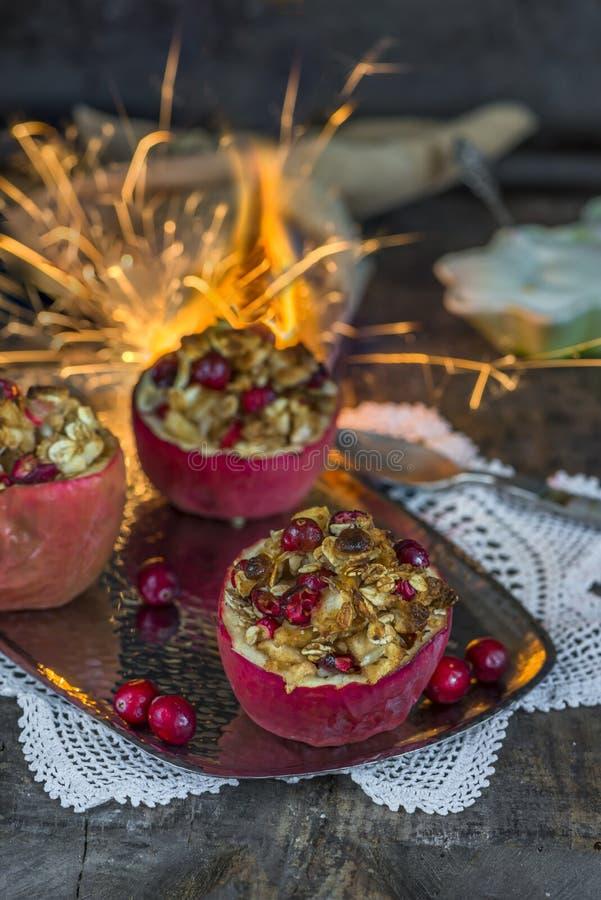 Gevulde gebakken rode appelen met granola, Amerikaanse veenbessen en marsepein stock foto's