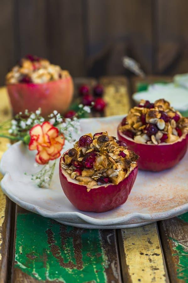 Gevulde gebakken rode appelen met granola, Amerikaanse veenbessen en marsepein royalty-vrije stock afbeelding