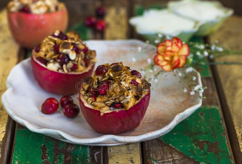 Gevulde gebakken rode appelen met granola, Amerikaanse veenbessen en marsepein royalty-vrije stock foto's