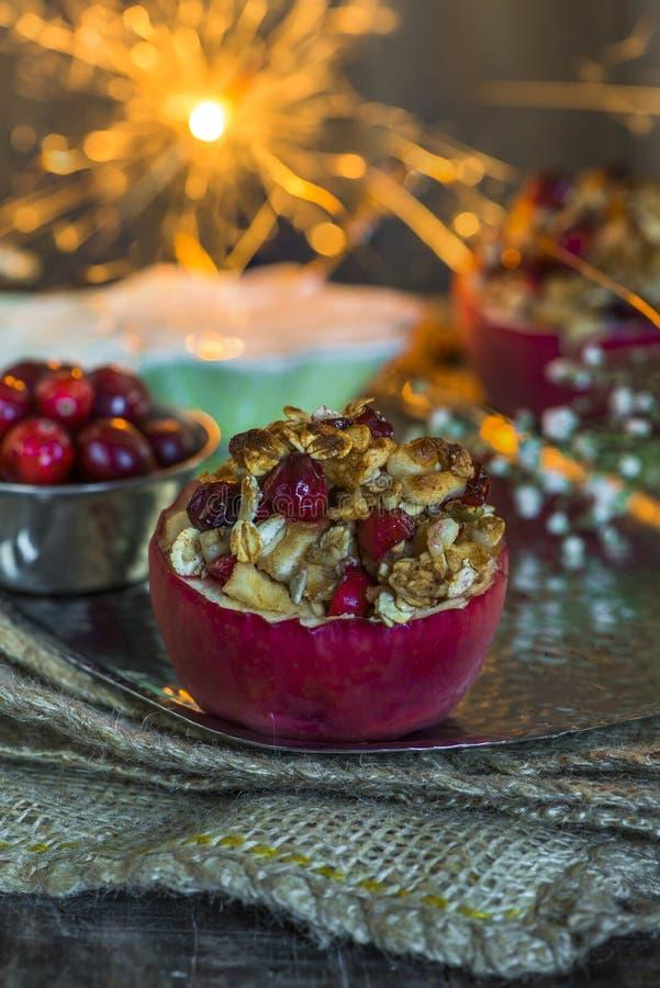 Gevulde gebakken rode appelen met granola, Amerikaanse veenbessen en marsepein stock afbeelding